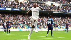 Vinicius anota un gol ante el Levante en el Bernabéu.