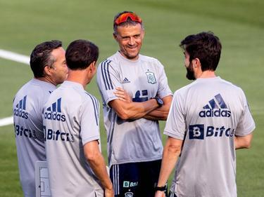 Luis Enrique conversa con su staff técnico.