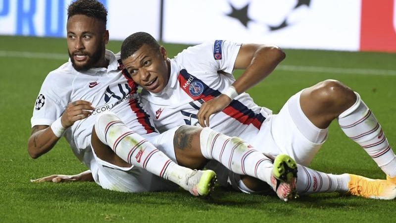 Kylian Mbappé (r) freut sich mit Teamkollege Neymar über den Sieg