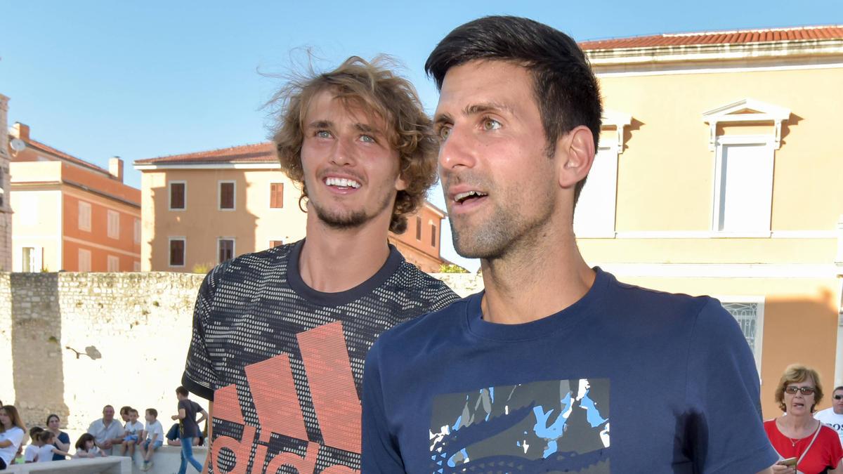 Alexander Zverev (l.) wird von Novak Djokovic (r.) gelobt