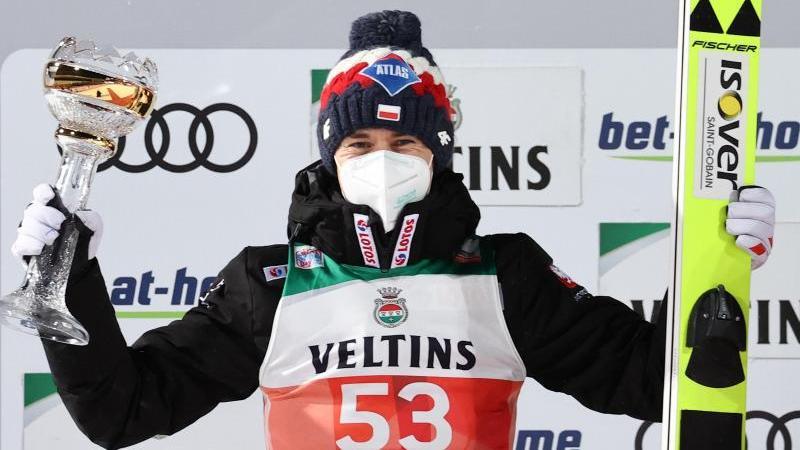 Kamil Stoch freut sich auf dem Podium in Oberstdorf über seinen zweiten Platz