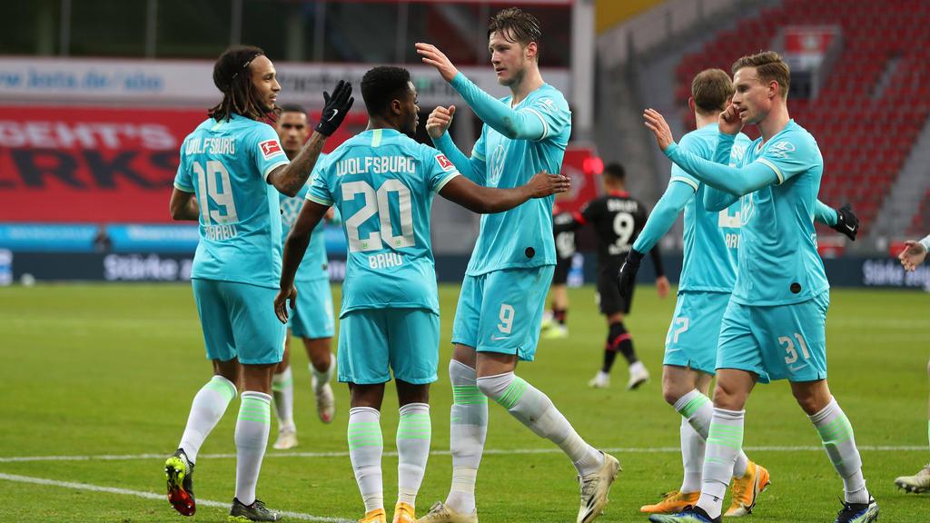 Die Wolfsburger bejubeln das Tor des Tages in Leverkusen