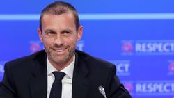 UEFA-Boss Ceferin hat den Pokal der neuen Conference League vorgestellt
