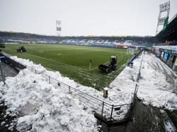 In de nacht voor de wedstrijd tussen PEC Zwolle en Feyenoord viel er centimeters sneeuw in Zwolle, waardoor de medewerkers al vroeg op de zondag het speelveld sneeuwvrij moesten maken. (14-02-2016)