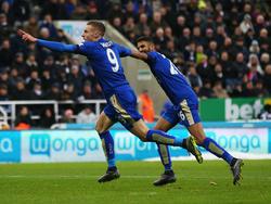 Dos grandes protagonistas: Vardy y Mahrez celebran un gol del Leicester City. (Foto: Getty)