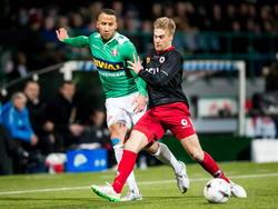 Tom van Weert (r.) en Josimar Lima (l.) gooien de beuk erin tijdens het competitieduel FC Dordrecht - Excelsior. (24-01-2015)