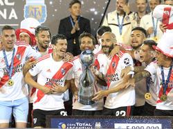 Los jugadores de River levantan el trofeo en el Malvinas Argentinas.
