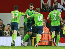Southampton viert de 0-1 van debutant Charlie Austin (tweede van links) tijdens het competitieduel Manchester United - Southampton. (23-01-2016)