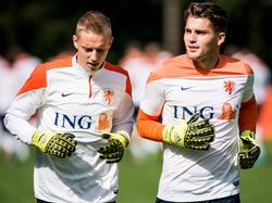 Maarten de Fockert (l.) en Mickey van der Hart (r.) beginnen rustig aan de warming-up voor de training van Jong Oranje. (02-04-2016)