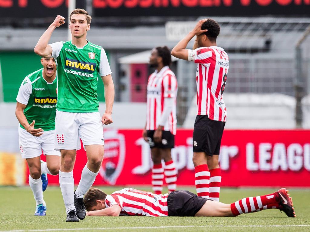 Stijn Spierings (am Boden) erzielte in den Niederlanden das Eigentor des Jahres