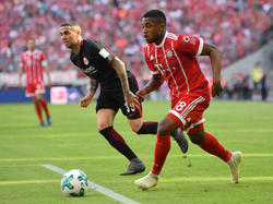 Franck Evina (r.) bleibt bis mindestens 2021 beimFC Bayern
