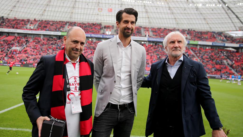 Jonas Boldt (M.) wurde von Rudi Völler (r.) und Bayer-Chef Fernando Carro (l.) beim letzten Heimspiel offiziell verabschiedet