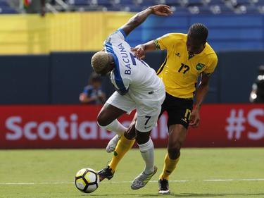 Leandro Bacuna (l.) vecht een duel uit met Kevon Lambert (r.) tijdens het duel in de Gold Cup tussen Curaçao en Jamaica (10-07-2017).