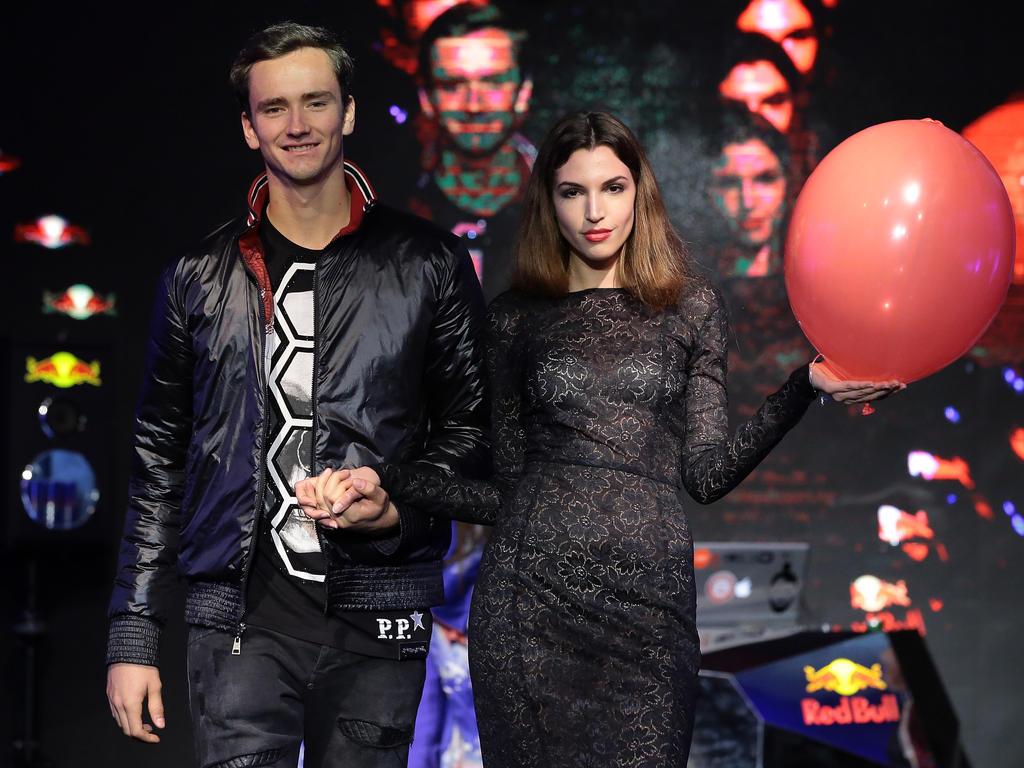 Daniil Medvedev lächelt gequält bei der Loszeremonie