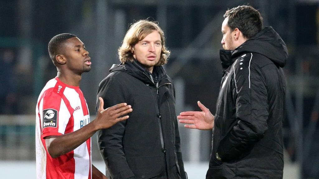 Preußen Münsters Geschäftsführer Malte Metzelder (r.) ging nach dem Spiel auf Leroy Kwadwo zu