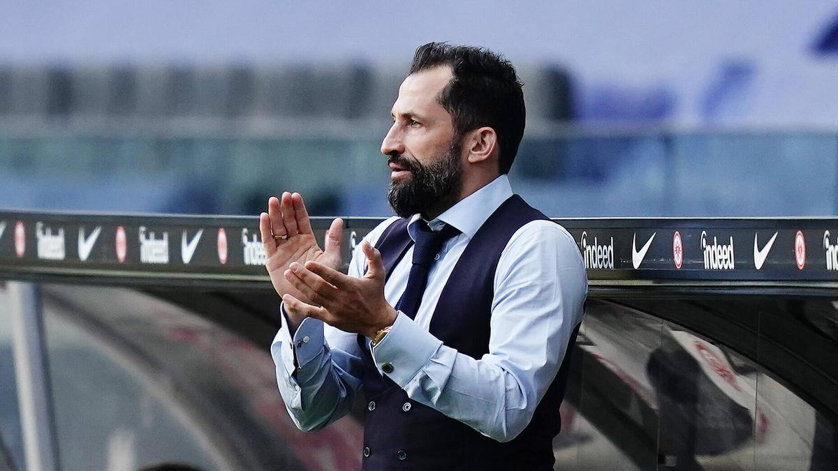 Sportvorstand Hasan Salihamidzic vom FC Bayern freut sich über eine neue Partnerschaft
