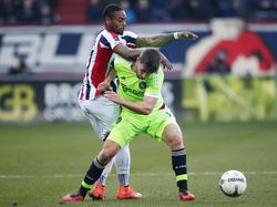 Joël Veltman (r.) en Terell Ondaan (l.) vechten veel fysieke duels uit tijdens de wedstrijd Willem II - Ajax. (06-03-2016)