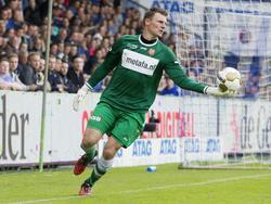 Doelman Theo Zwarthoed van FC Volendam trapt de bal uit in het nacompetitieduel met De Graafschap. (28-05-2015)