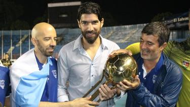 Abreu levanta la Copa de El Salvador. (Foto: @pleitezbarrera)