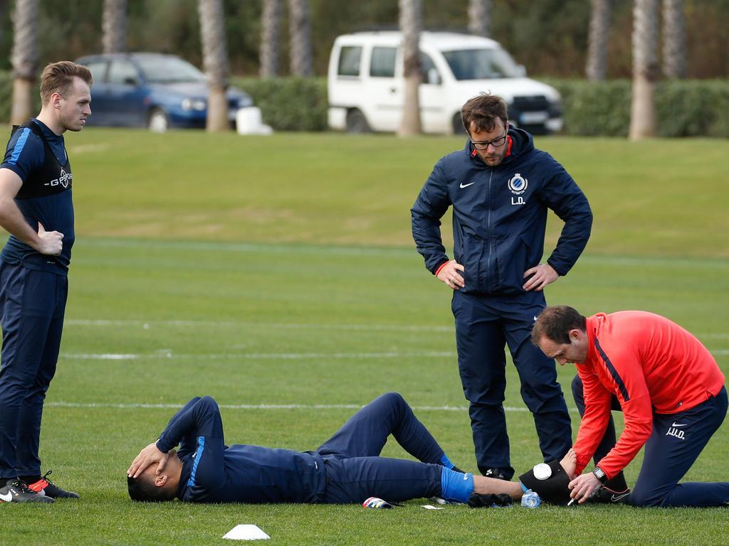Ricardo van Rhijn raakt tijdens een training van Club Brugge geblesseerd aan zijn enkel. (08-01-2017)