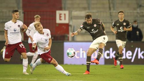 Blieb ohne Treffer: Neuzugang Guido Burgstaller (r.) bei seinem Startelfdebüt für den FC St. Pauli