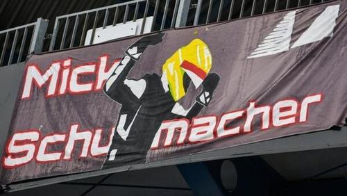 Fans von Mick Schumacher können künftig die 47 auf ihre Plakate schreiben