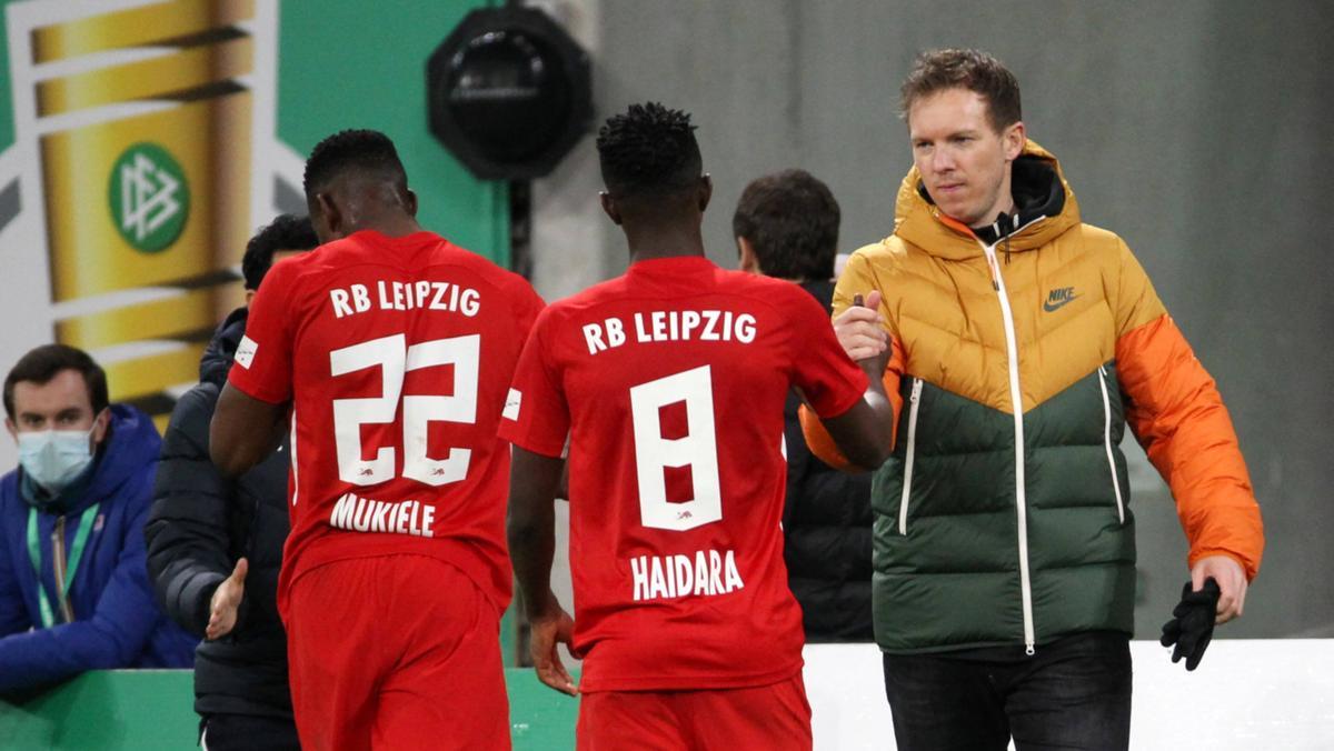 Julian Nagelsmann (r.) steht mit Leipzig im Viertelfinale