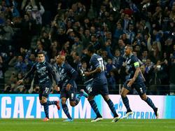 FC Porto-smaakmaker Yacine Brahimi (tweede van links), is het middelpunt van een feestje als hij de Portugezen in de Champions League op voorsprong heeft gezet tegen FC Basel. Christian Tello (l.), Alex Sandro en Danilo (r.) jubelen mee. (10-03-2015)