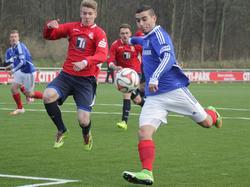 Holstein Kiel holt Fernandes (r.) in den Profikader