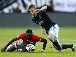 Ajacied Joël Veltman (r.) is in een gevecht om de bal verwikkeld met AZ-speler Derrick Luckassen. (06-11-2016)