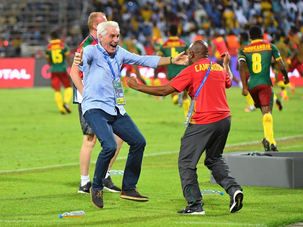 Trainer Hugo Broos (l.) steht mit Kamerun im Finale des Afrika Cups
