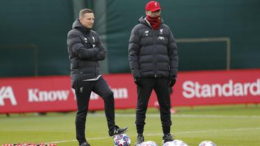 Jürgen Klopp (r.) kann in Liverpool endlich wieder in Mannchaftsstärke trainieren