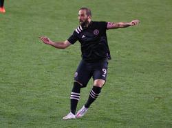Higuaín anotó un golazo de libre directo.