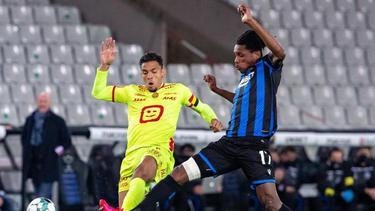 Brügges Simon Deli (r.) und Mechelens Igor de Camargo gehen zeitgleich zum Ball