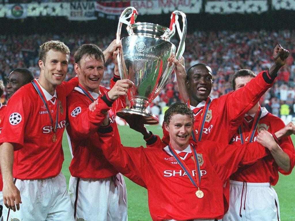 Ronny Johnsen, Sheringham, Ole Gunnar Solskjaer y Dwight Yorke con la copa en 1999. (Foto: Getty)