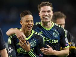 Tobias Sana (l.) en Derk Boerrigter (r.) zijn blij met het punt in het 2-2 gelijkspel tegen Manchester City in de Champions League. (06-11-2012)