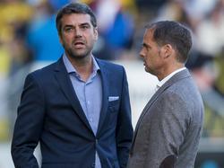 Ajax-trainer Frank de Boer (r.) is in gesprek met de assistent-trainer van NAC Breda, Marino Pušić (l.). (27-09-2014)