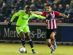 Bram van Vlerken (r.) doet alle moeite om Elton Acolatse van de bal te zetten tijdens Jong PSV - Jong Ajax. (23-11-2015)