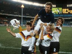 Sievers, Klinsmann und M. Schulz (v.l.n.r.) tragen Hannes Löhr auf Händen