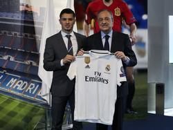 Brahim Díaz posa junto a Florentino Pérez, presidente del Real Madrid. (Foto: Imago)