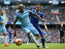 Fernandinho (l.) is Cesc Fàbregas te snel af tijdens het duel van Manchester City met Chelsea. (03-12-2016)