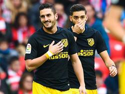 Koke (l) en Yannick Carrasco (r) in de wedstrijd van Atletico Madrid tegen Athletic Bilbao