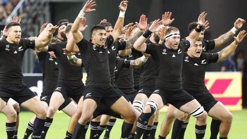 Die Spieler der All Blacks führen den Haka vor Spielbeginn auf