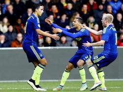 Anwar El Ghazi (l.) zet Ajax op 0-1 tegen Go Ahead Eagles en viert dat met Ricardo van Rhijn (m.) en Davy Klaassen. (08-02-2015)