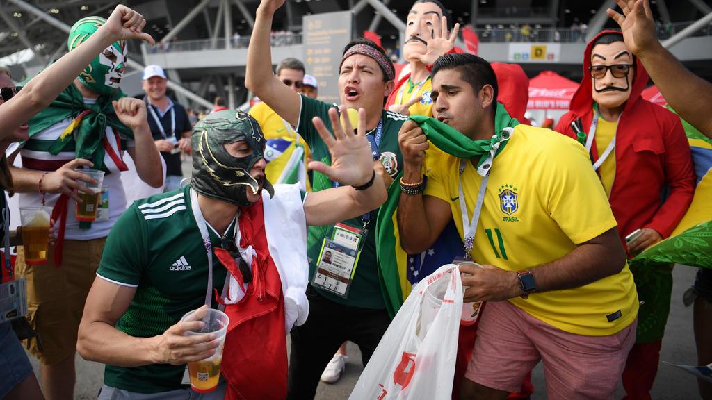 Fans beider Nationen stimmen sich bereits vor dem Stadion aufs Spiel ein