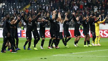 Die Frankfurter Spieler ließen sich von den Eintracht-Fans feiern