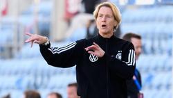 Martina Voss-Tecklenburg, Trainerin der deutschen Frauen-Nationalmannschaft agiert am Spielfeldrand