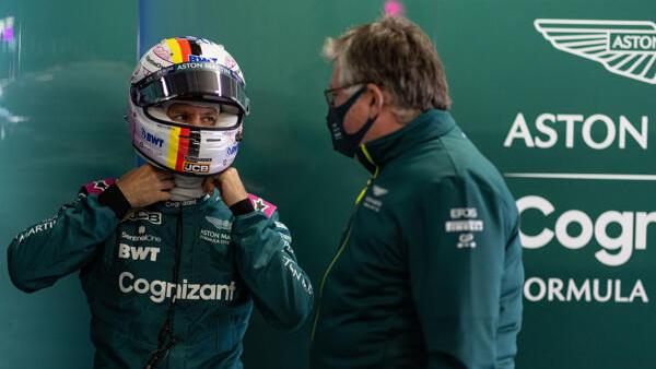 Sebastian Vettel im Gespräch mit Aston-Martin-Teamchef Otmar Szafnauer