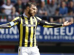 Guram Kashia is het niet eens met een beslissing van de scheidsrechter tijdens de derby tussen NEC en Vitesse. (03-04-2016)