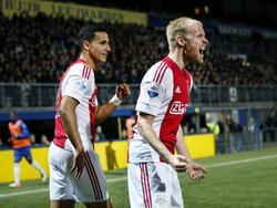 Davy Klaassen (r.) scoort en juicht opgelucht. De Amsterdammers hebben het lastig tegen Cambuur en daarom is de 0-1 voorsprong extra welkom. (09-04-2016)